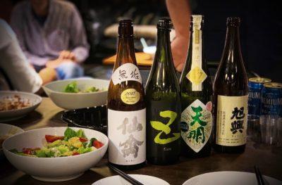 客の席に置かれた複数の日本酒の一升瓶